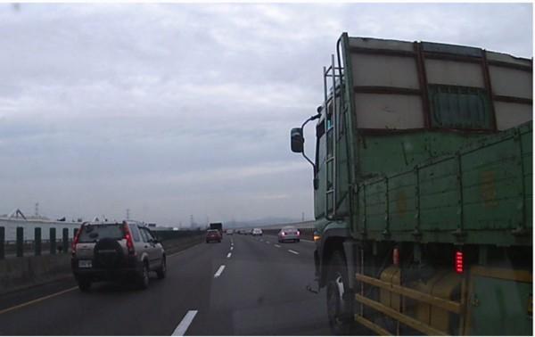 大貨車行經國道3號彰化路段惡意逼車釀小貨車翻覆,警方依法開罰。(國道七隊提供)