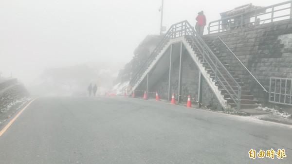 冷氣團持續影響,但今天水氣減少,合歡山武嶺今晨僅短暫降下冰霰,全區被濃霧籠罩。(記者佟振國攝)