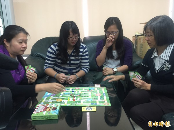 台東縣農會推出農遊桌遊,大家可從同樂中一起認識台東好玩的景點。(記者張存薇攝)