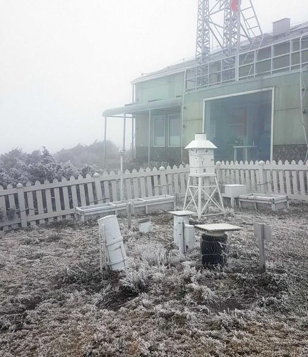 氣象局北峰氣象站前相關氣象觀測設施與草地,因氣溫驟降,也都出現「霧淞」現象。(記者謝介裕翻攝)
