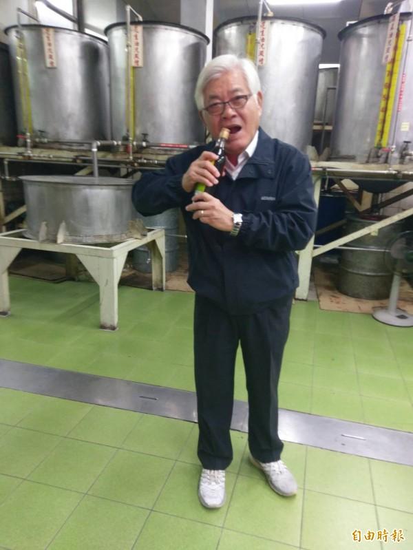 雲林縣長李進勇當場示範用嘴巴開瓶的古早方法。(記者廖淑玲攝)