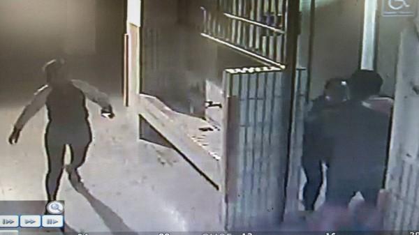 兩名女子合力攔阻身材壯碩的偷窺男。(記者邱芷柔翻攝)
