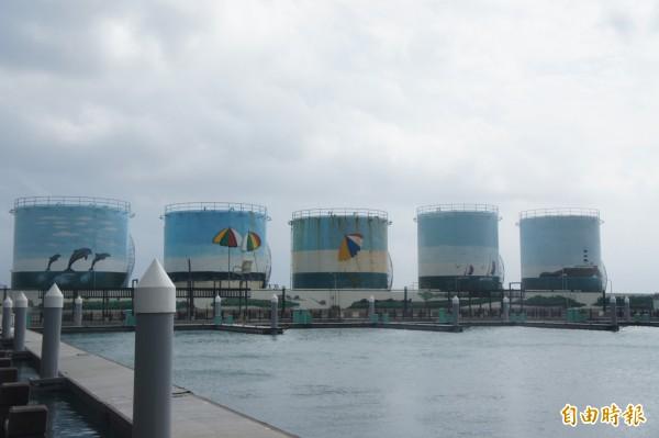 中油油槽計畫遷移馬公市案山里,引發當地里民舉白布條抗議。(記者劉禹慶攝)