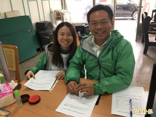 縣議員蔡岳儒(右)完成黨內初選登記,力拚連任。(記者林國賢攝)