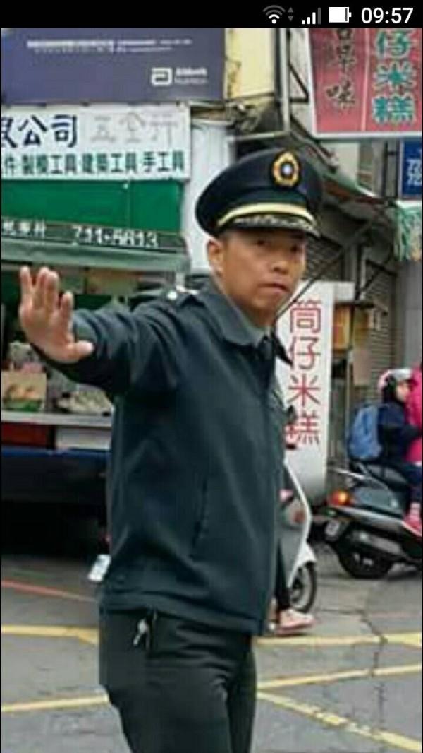 彰化高中主任教官鄭綜聖,常常在路口幫忙指揮交通。(圖由黃瀚嶙提供)