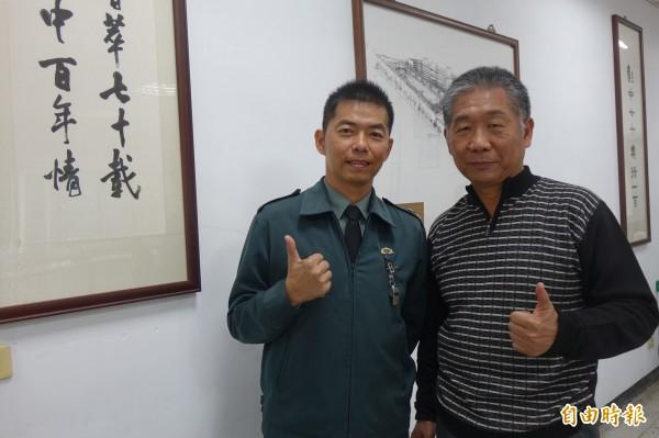 彰化高中校長吳文宗(右)對主任教官鄭綜聖的熱血,也非常肯定。(記者劉曉欣攝)