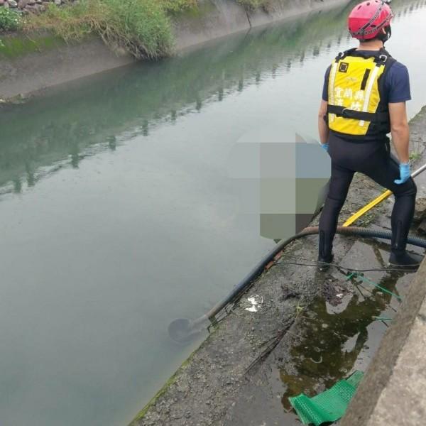 警消獲報後到場打撈,確認死者為家住冬山香城路的顏姓男子。(記者張議晨翻攝)