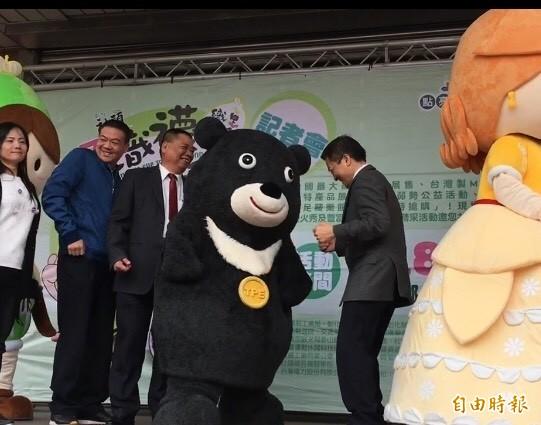 彰化縣長魏明谷(右1)與熊讚抖得欲罷不能,帶動現場氣氛。(記者顏宏駿攝)
