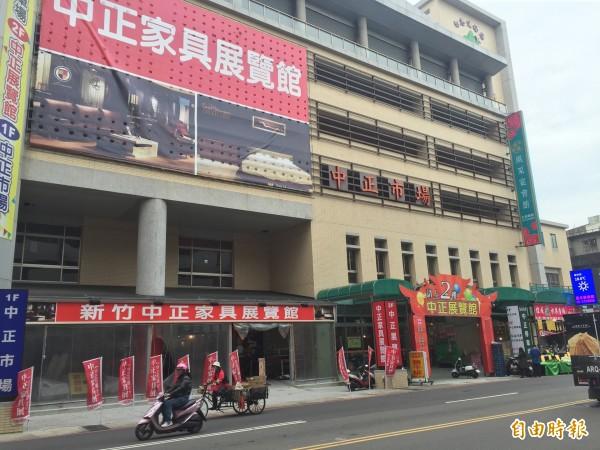 市府產發處市場管理科長尤瑋鍾指出,中正市場BOT案是市府與立揚展業公司於102年6月13日簽訂。(記者王駿杰攝)