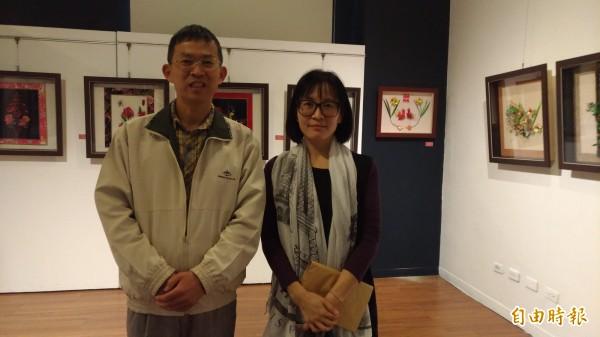 雲林監獄教化科長吳聰汝(左)代表收容人到場參加創作展。(記者廖淑玲攝)