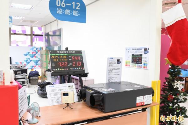 首座「數位智能親子館」啟動,林智堅期盼智慧監測系統為空氣品質把關。(記者蔡彰盛攝)