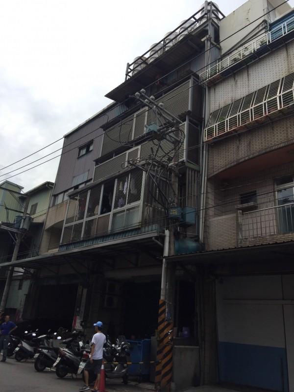樹林三龍街190號的2層樓公寓,加蓋4樓隔成158間房。圖為拆除前。(新北市政府工務局提供)