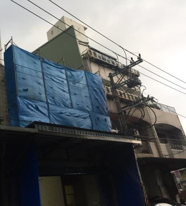 2層樓公寓加蓋4樓隔成158間房,12月初已全數拆除完畢。圖為拆除中。(新北市政府工務局提供)