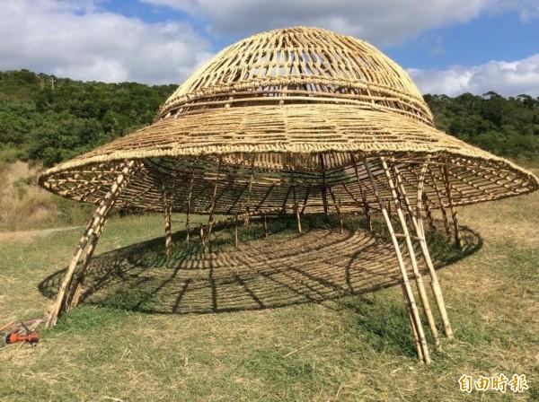 駐村藝術家鄭中和利用郵差帽的造型,呼應社區解說員與旅人之間的關係;竹子製作的大帽子以仰角開口,除了作為旅人乘涼的入口處,也想提醒大家面對大自然要謙卑。(記者蔡宗憲攝)