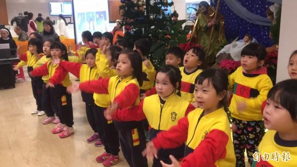 天主教湖口仁慈醫院,今天提前舉辦耶誕點燈祈福活動,由可愛的聖心幼兒園小朋友,帶動唱表演揭開序幕。(記者廖雪茹攝)