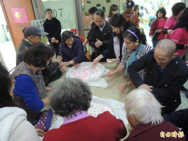 湖口仁慈醫院承辦新竹縣失智共同照護中心,今天邀請失智患者和家屬一起搓湯圓,迎接冬至到來。(記者廖雪茹攝)