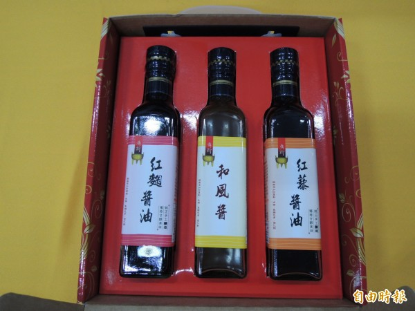 屏東監獄「鼎新」醬油推出新研發的紅藜醬油、紅麴醬油及和風醬等3種新產品。(記者李立法攝)