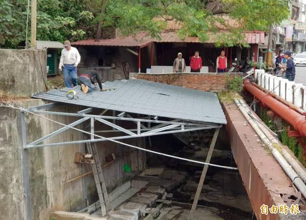 新竹縣竹東鎮古蹟曉江亭旁的洗衫坑,今天開始搭新屋頂改頭換面。(記者蔡孟尚攝)