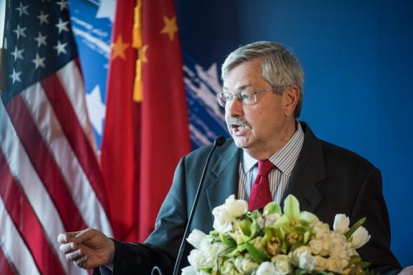 美國總統川普上個月訪問中國時,在解決美中貿易失衡問題上遭批評過於軟弱,美國駐中國大使布蘭斯塔德(Terry Branstad)為川普辯駁。(圖/法新社)