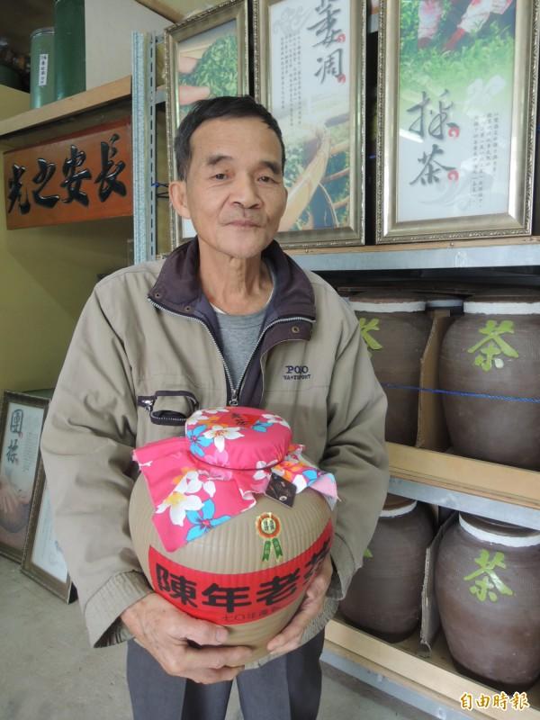 新竹縣湖口鄉「長安茶」已沒落,3代製茶的68歲盧朝烘,仍堅持守住熱愛的製茶事業,更難得珍藏2000多斤逾30年的老茶。(記者廖雪茹攝)