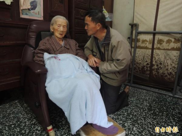 湖口長安的製茶師傅盧朝烘,為照顧102歲的母親,割捨茶事業,孝行在地方傳為美談。(記者廖雪茹攝)