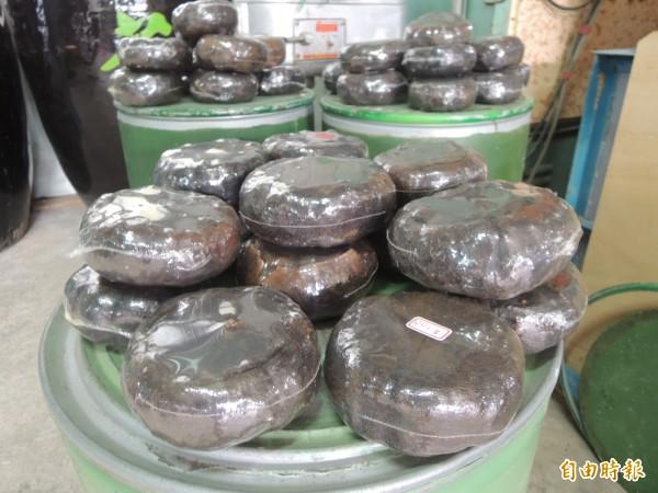 盧朝烘在繁忙茶季之餘,也用傳統工法製作柚子茶。(記者廖雪茹攝)
