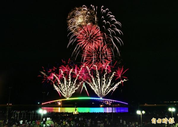明年澎湖海上花火節主舞台仍在馬公觀音亭,將巡迴5鄉辦理各一場次。(資料照,記者劉禹慶攝)