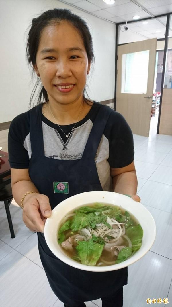 高梅貞用心烹調料理。(記者洪瑞琴攝)
