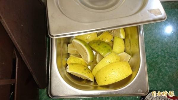 檸檬片供客人自取。(記者洪瑞琴攝)