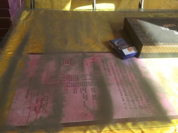 前天濁水溪揚塵情況嚴重,李明哲前往二崙一處喪家弔唁,才一下子屋外的桌子上已覆蓋一層沙。(李明哲提供)