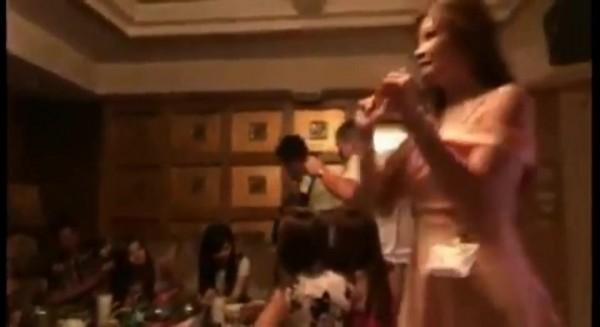 包廂內女子熱歌勁舞。(圖片取自臉書)