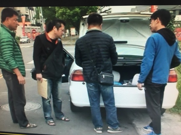 嘉義縣民雄警分局幹員前往台中緝捕姓嫌犯。(記者蔡宗勳翻攝)