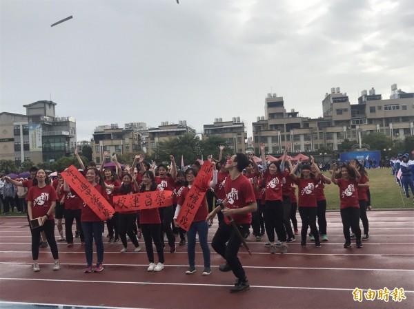 國文系學生進場拿出書法春聯,慶祝運動會。(記者張聰秋攝)
