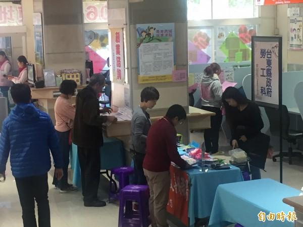 台東就業中心徵才活動吸引不少民眾前往。(記者張存薇攝)