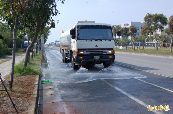 南市秋冬洗掃街度,從平時的每月洗掃街4500公里,增長為每月6500公里。(記者蔡文居攝)