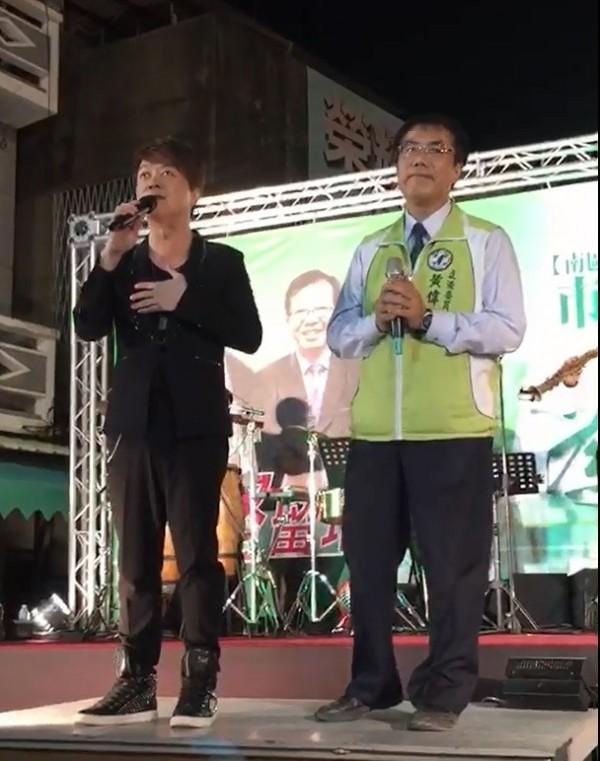 黃偉哲週日將與翁立友合唱「堅持」,宣示從政走大道的決心。(記者邱灝唐翻攝)