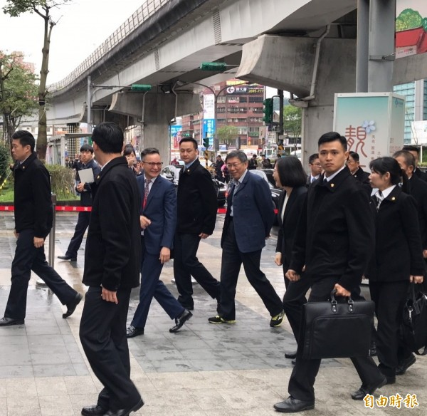 台北市長柯文哲與前立法院長、生策中心董事長王金平等人一起迎接蔡英文,一行人沿途有說有笑步入會場,看似互動良好。(記者沈佩瑤攝)