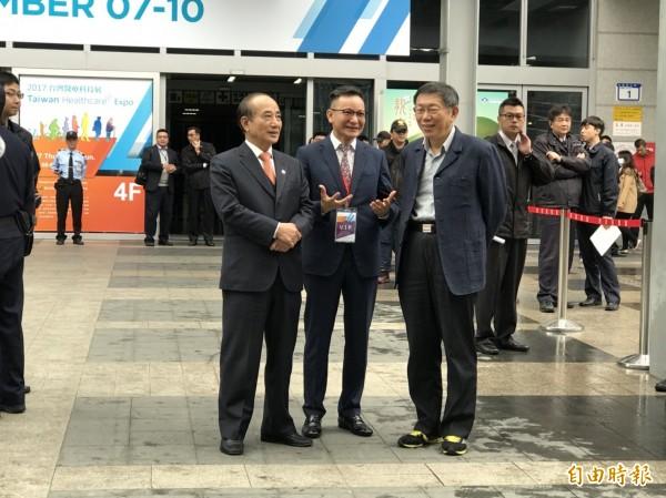 台北市長柯文哲與前立法院長、生策中心董事長王金平等人一起等候總統蔡英文。(記者沈佩瑤攝)