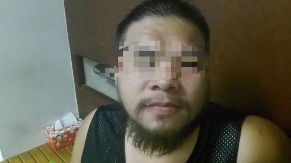 28歲黃男躲教召,蓬頭垢面、滿臉鬍鬚躲在網咖。(記者張瑞楨翻攝)