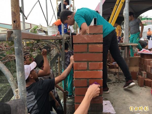 參與技藝競賽的高職生學砌磚,樂在其中。(記者顏宏駿攝)