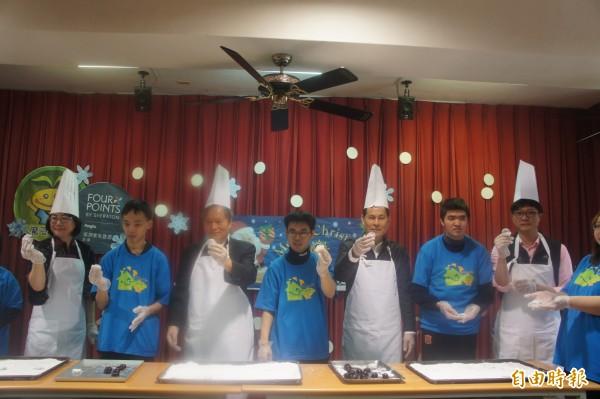 與會貴賓身著廚師服,體驗製作雪花巧克力餅乾。(記者劉禹慶攝)