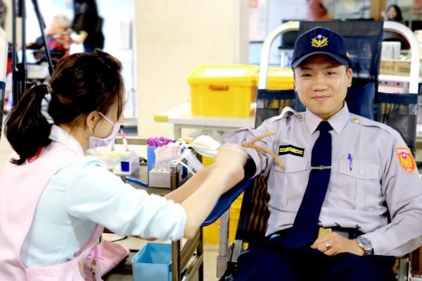 羅東警分局開羅派出所長曾偉豪帶頭捐血。(記者江志雄翻攝)