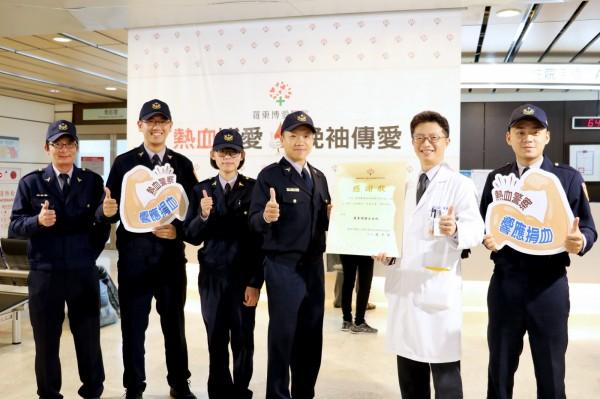 羅東博愛醫院副院長林志銘(右2),固定每半年捐一次血,已累計86次。(記者江志雄翻攝)