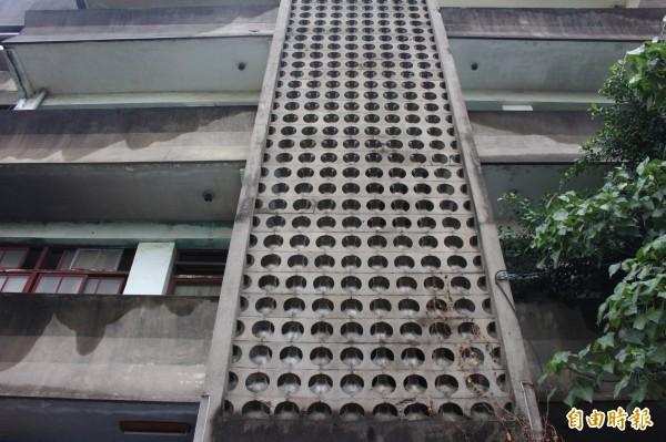彰化台鐵舊宿舍群老屋,洞洞窗老建築。(記者張聰秋攝)