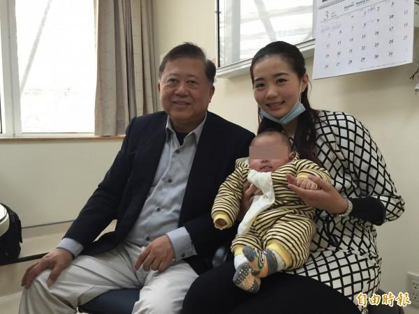魏崢醫師與鍾婦母子合照。(記者張軒哲攝)