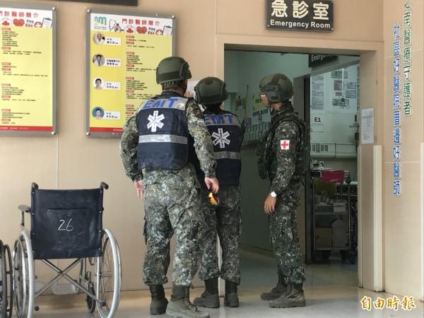 屏東車城居民進基地撿砲彈炸裂,2人送醫急救。(記者蔡宗憲攝)