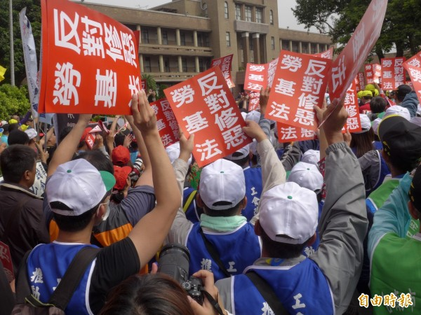 勞基法修正草案版本內容引發各界熱議,多個勞團將於23日走上街頭抗議。圖為日前勞團前往行政院前抗議修法情形。(資料照,記者李雅雯攝)