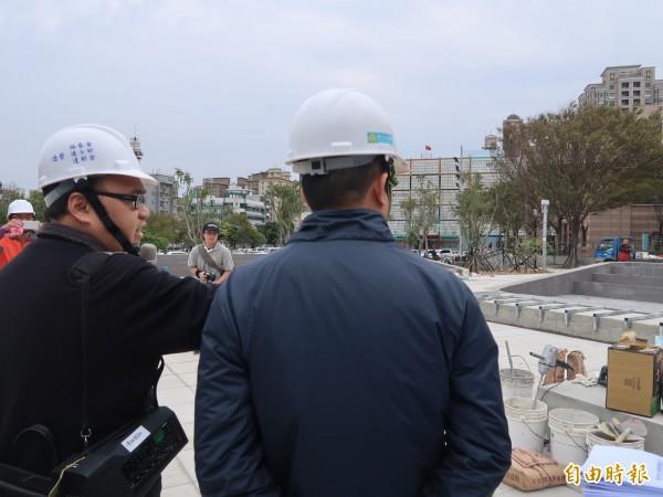 新竹市長林智堅前往視察文化局周邊的文化綠廊環境景觀工程進度。(記者洪美秀攝)