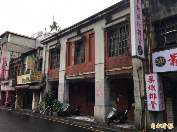 興建至今有90年的大廟口派出所(圖中紅磚建築)已被登錄為歷史建築。(記者謝武雄攝)