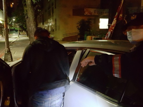 鍾男(左)涉嫌在車內拉K,被保大迅雷中隊查獲,同行友人潘男被警方採尿送驗。(記者黃良傑翻攝)